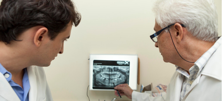 A retirada do siso é feita numa cirurgia de retirada do elemento dental